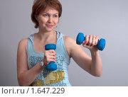 Девушка в спортивной одежде с гантелями. Стоковое фото, фотограф Марина М. / Фотобанк Лори