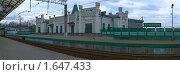 Купить «Вид на перрон пригородной железнодорожной станции Кунцево», фото № 1647433, снято 22 марта 2019 г. (c) Наталья Чуб / Фотобанк Лори