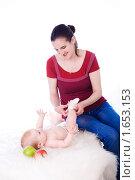 Купить «Мама одевает ребенка», фото № 1653153, снято 23 апреля 2010 г. (c) Анна Игонина / Фотобанк Лори