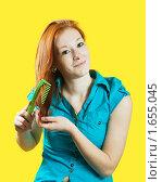 Купить «Девушка расчесывает свои рыжие волосы», фото № 1655045, снято 18 апреля 2010 г. (c) Яков Филимонов / Фотобанк Лори
