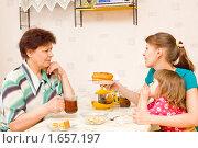 Купить «Женщины пьют чай», фото № 1657197, снято 23 июля 2018 г. (c) Типляшина Евгения / Фотобанк Лори