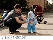 Купить «Отец с маленьким сыном во дворе», фото № 1657561, снято 11 апреля 2010 г. (c) FotAle / Фотобанк Лори