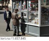Пожилой человек покупает газету (2010 год). Редакционное фото, фотограф Jumbo / Фотобанк Лори