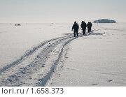 Рыбаки идут по заснеженному льду. Стоковое фото, фотограф Михаил Никишин / Фотобанк Лори