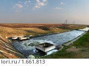 Купить «Питьевая водопровод на трассе в Каховком канале», фото № 1661813, снято 15 октября 2018 г. (c) Aleksander Kaasik / Фотобанк Лори