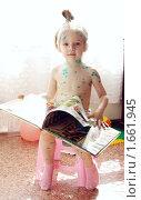 Купить «Девочка, больная ветрянкой, смотрит книгу», фото № 1661945, снято 27 апреля 2010 г. (c) Ирина Золина / Фотобанк Лори