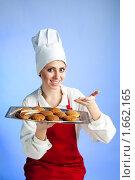 Шеф-повар предлагает вкусные печенья. Стоковое фото, фотограф Сергей Новиков / Фотобанк Лори