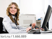 Купить «Молодая бизнес-леди в офисе», фото № 1666889, снято 8 ноября 2009 г. (c) Сергей Буторин / Фотобанк Лори