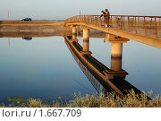 Купить «Рыбаки на мосте над Каховском  канале», фото № 1667709, снято 22 июля 2007 г. (c) Aleksander Kaasik / Фотобанк Лори