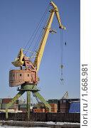 Портовый кран и вагоны (2010 год). Редакционное фото, фотограф Верстуков Виктор / Фотобанк Лори