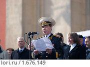 Контр-адмирал Владимир Иванович Богдашин, речь на первомайском митинге (2009 год). Редакционное фото, фотограф Артур (Мangalor) / Фотобанк Лори