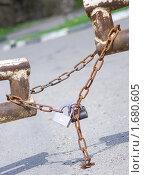 Ворота закрыты на замок (2010 год). Редакционное фото, фотограф Сергей Суховеев / Фотобанк Лори