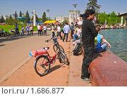 Купить «Люди у фонтана. Фрагмент», эксклюзивное фото № 1686877, снято 8 мая 2010 г. (c) Алёшина Оксана / Фотобанк Лори