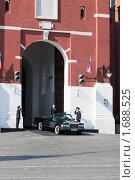 Купить «Министр обороны Сердюков начинает объезд парада победы 2010», фото № 1688525, снято 9 мая 2010 г. (c) Алексей Зарубин / Фотобанк Лори