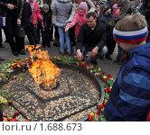 Купить «У вечного огня», фото № 1688673, снято 8 мая 2010 г. (c) Наталья Лабуз / Фотобанк Лори