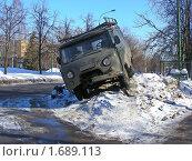Купить «Машина стоит на большом сугробе», эксклюзивное фото № 1689113, снято 10 марта 2010 г. (c) lana1501 / Фотобанк Лори