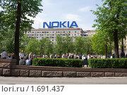 Городской вид с рекламой Nokia на крыше здания (2010 год). Редакционное фото, фотограф Солодовникова Елена / Фотобанк Лори