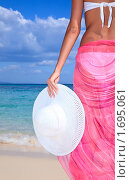 Купить «Девушка со шляпой в руке на фоне моря», фото № 1695061, снято 17 февраля 2010 г. (c) Дмитрий Рогатнев / Фотобанк Лори