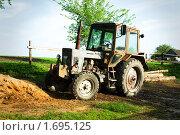 Купить «Трактор», фото № 1695125, снято 8 мая 2010 г. (c) Ирина Литвин / Фотобанк Лори