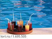 Купить «Поднос с напитками у бассейна», фото № 1695505, снято 31 августа 2009 г. (c) Дмитрий Ощепков / Фотобанк Лори
