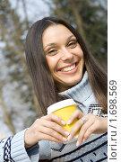 Купить «Девушка пьет кофе в парке», фото № 1698569, снято 11 апреля 2010 г. (c) Allika / Фотобанк Лори