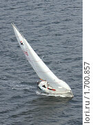 Купить «Яхта идет галсом против ветра», фото № 1700857, снято 2 августа 2009 г. (c) Маргарита Герм / Фотобанк Лори