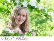 Купить «Молодая красивая девушка среди цветущих яблонь», фото № 1706285, снято 14 мая 2010 г. (c) Архипова Мария / Фотобанк Лори