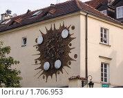 Купить «Городские часы на стене здания, Варшава, Польша», фото № 1706953, снято 6 августа 2007 г. (c) Сергей Кандауров / Фотобанк Лори