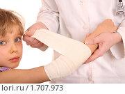 Купить «Доктор оказывает первую помощь ребенку», фото № 1707973, снято 25 января 2009 г. (c) Gennadiy Poznyakov / Фотобанк Лори