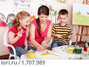 Купить «Воспитатель рисует с детьми», фото № 1707989, снято 27 февраля 2010 г. (c) Gennadiy Poznyakov / Фотобанк Лори