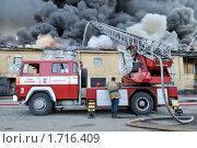 Купить «Работа автолестницы на пожаре», фото № 1716409, снято 20 мая 2010 г. (c) Виктор Карасев / Фотобанк Лори