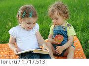 Купить «Две маленькие девочки на зеленой поляне с книгой», фото № 1717513, снято 16 мая 2010 г. (c) Дарья Петренко / Фотобанк Лори
