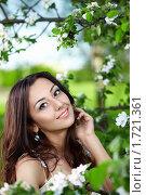 Купить «Красивая девушка в парке», фото № 1721361, снято 12 мая 2010 г. (c) Raev Denis / Фотобанк Лори