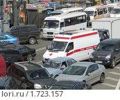 Автомобиль скорой помощи в пробке (2010 год). Редакционное фото, фотограф Алёшина Оксана / Фотобанк Лори