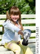 Купить «Девочка кормит голубей», фото № 1724661, снято 11 мая 2010 г. (c) Ольга Сапегина / Фотобанк Лори
