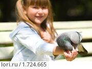 Купить «Девочка кормит голубей», фото № 1724665, снято 11 мая 2010 г. (c) Ольга Сапегина / Фотобанк Лори