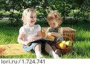 Купить «Две маленькие девочки в парке с фруктами и книгой», фото № 1724741, снято 16 мая 2010 г. (c) Дарья Петренко / Фотобанк Лори