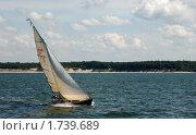 Купить «Яхта, идущая вдоль берега», эксклюзивное фото № 1739689, снято 12 июля 2008 г. (c) Svet / Фотобанк Лори