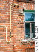 Купить «Газификация деревни. Газопровод входит в дом.», фото № 1745237, снято 25 мая 2010 г. (c) Александр Курлович / Фотобанк Лори