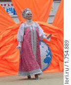 Женщина в национальном русском костюме, идущая по сцене (2010 год). Редакционное фото, фотограф Багира / Фотобанк Лори