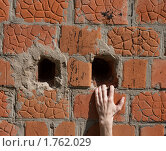 Купить «Рука цепляется за отверстие в стене», фото № 1762029, снято 6 июня 2010 г. (c) Александр Романов / Фотобанк Лори