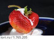 Клубника и мороженое в блюдце на черном фоне. Стоковое фото, фотограф Сергей Дыбтан / Фотобанк Лори