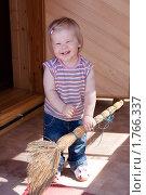 Купить «Девочка с веником на даче», фото № 1766337, снято 3 июня 2010 г. (c) Катерина Макарова / Фотобанк Лори