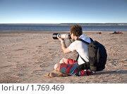 Купить «Молодой фотограф мужчина смотрит через большой объектив на водный пейзаж», фото № 1769469, снято 12 июня 2010 г. (c) Oleg Fedorov / Фотобанк Лори