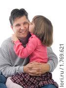 Купить «Дочка целует папу», фото № 1769621, снято 31 октября 2009 г. (c) Оксана Гильман / Фотобанк Лори