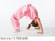 Купить «Девочка  в розовом кимоно делает мостик», фото № 1769645, снято 7 ноября 2009 г. (c) Оксана Гильман / Фотобанк Лори