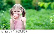 Купить «Улыбающаяся девочка с яблоком», фото № 1769857, снято 22 июня 2009 г. (c) Юлия Шилова / Фотобанк Лори