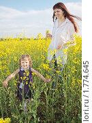 Купить «Мама с дочкой в рапсовом поле», фото № 1774645, снято 14 мая 2010 г. (c) Майя Крученкова / Фотобанк Лори