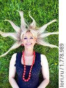 Блондинка лежит на траве с разбросанными волосами. Стоковое фото, фотограф Михаил Лукьянов / Фотобанк Лори