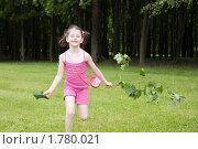 Девочка бегает в парке (2010 год). Редакционное фото, фотограф Ольга Полякова / Фотобанк Лори